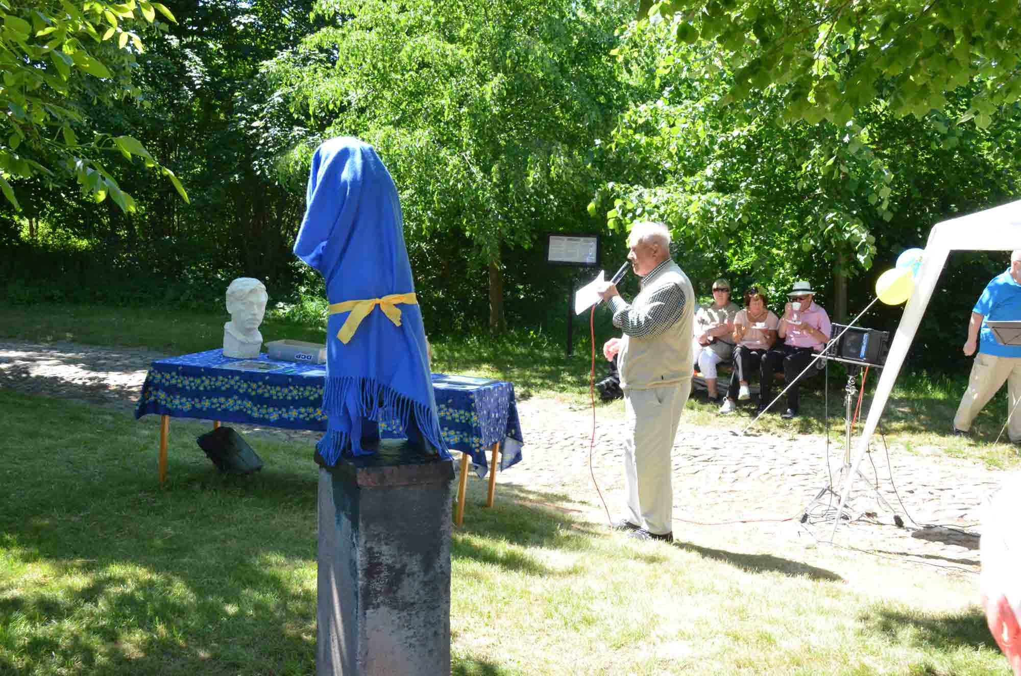 Vår mentor i byn Johan Jansson talar om ursprunget till Linnélunden