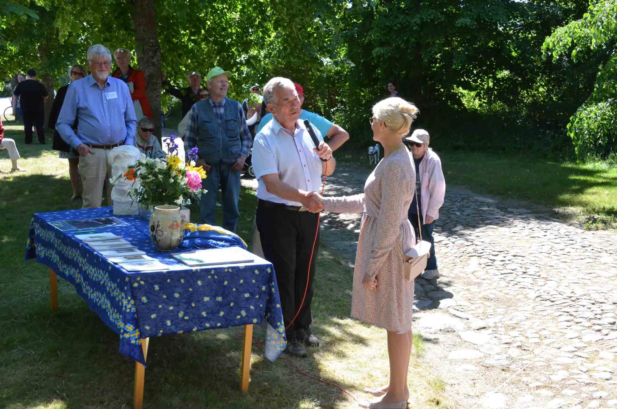 Ivar Johnsson-sällskapet lämnar över statyn till kommunen