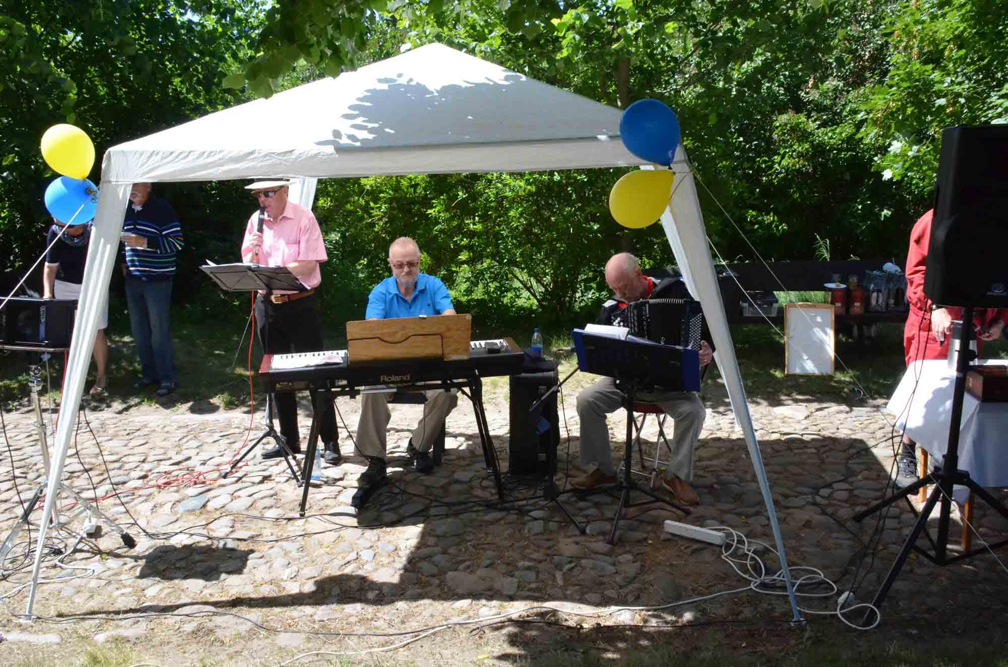 En trio från Degeberga spelar stämningsfull musik